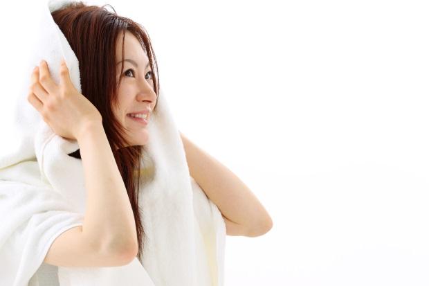 タオルで髪の毛を拭くイメージ